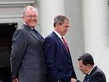 Bush lässt sich befummeln