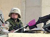 Soldatin mit Fliegenklatsche
