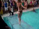 Hingefallen beim Bikini-Contest